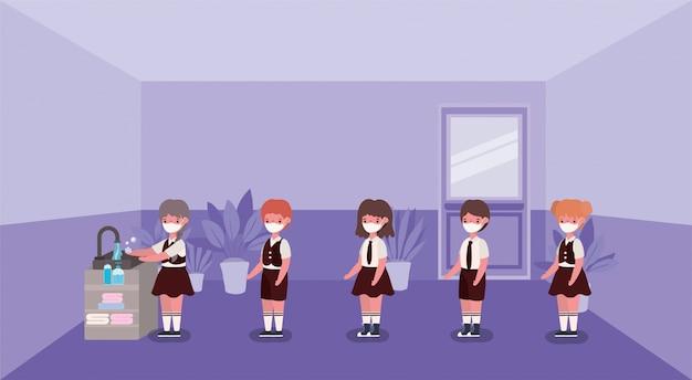 Девочки и мальчики дети с медицинскими масками моют руки