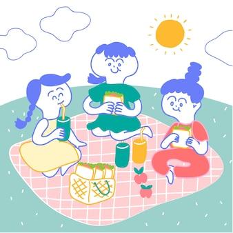 女の子はピンクのマットに座って、庭でピクニックに行く。彼らはサンドイッチとjuiのボトルを持っている