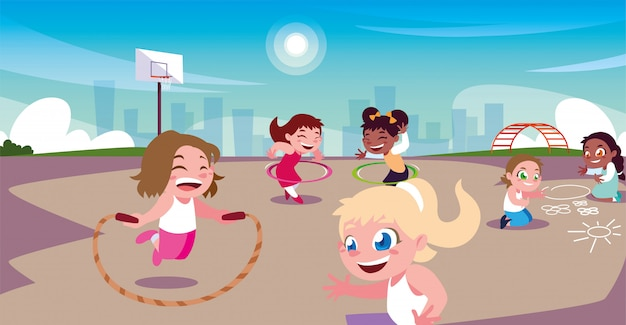 Девочки играют и занимаются спортом в городском парке