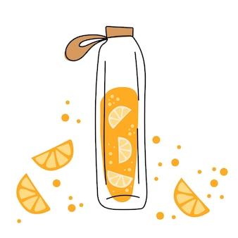 Стеклянная бутылка и вкусный апельсиновый напиток. апельсиновый напиток - сок на белом