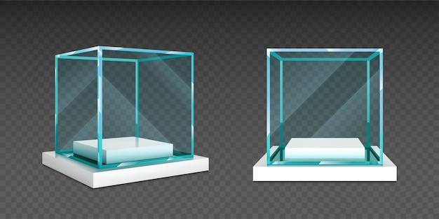 흰색 스탠드에 유리 큐브 상자입니다.