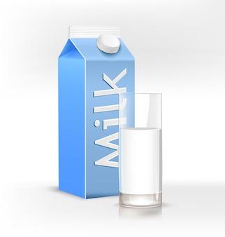 Стакан, полный молока и пакет для молока на светлом фоне.