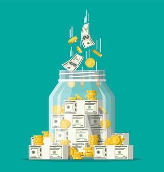 Стеклянная банка для денег, полная золотых монет и банкнот