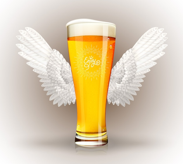 天使の羽と流行に敏感なエンブレムとビールのガラス