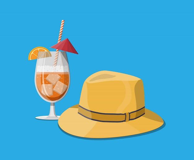 冷たい飲み物のグラス、男性の麦わら帽子