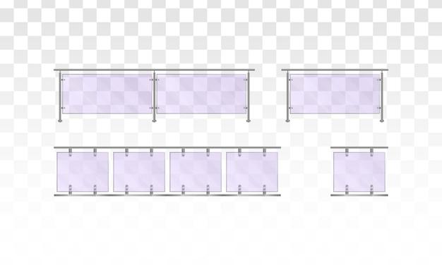 白い背景の上のガラスの手すり。家の階段、家のバルコニー、歩道のフェンス用の金属製の管状の手すりと透明なシートが付いたガラスフェンスのセクション。