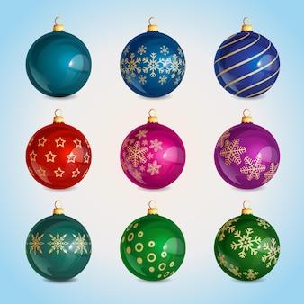 눈송이 패턴과 다양한 색상의 크리스마스 장식이 있는 유리 현실적인 크리스마스 공