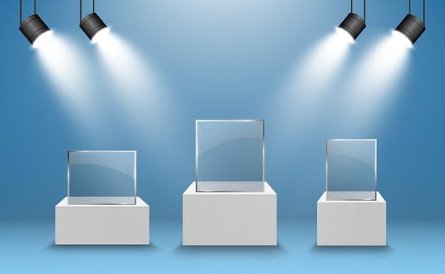 立方体の形での展覧会のためのガラスのショーケース。スポットライトで照らされた販売の背景。博物館のガラスボックスは、広告やビジネスデザインのブティックを分離しました。展示ホール。