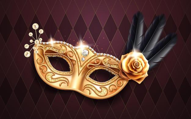 카니발이나 가장 무도회에서 얼굴을 덮는 반짝이는 콜롬비아 마스크. 깃털과 구슬, 금 장미 꽃이있는 축제 의상 부분. 브라질 축제 또는 베니스 마디 그라를위한 다이아몬드로 장식 된 황금 가면극