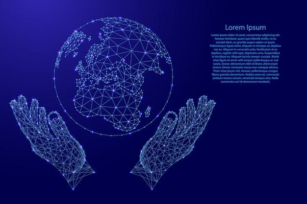 地球と2つの保持、未来的な多角形の青い線から手を保護