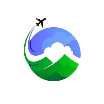 雲と山のシルエットと地球