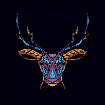 暗い装飾的な鹿の頭の中で輝く