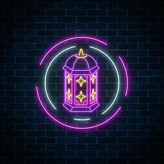 Светящийся неоновый баннер символом рамадана исламского священного месяца на фоне темного кирпича стены.