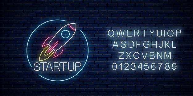 暗いレンガの壁の背景にアルファベットの円フレームでビジネスプロジェクトのスタートアップの輝くネオンサイン。ネオンスタイルの飛行ロケットとしてのビジネスファストスタートシンボル。ベクトルイラスト。