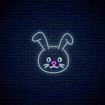 暗いレンガの壁の背景にカワイイスタイルのかわいいウサギの輝くネオンサイン。ネオンスタイルの漫画幸せな笑顔のバニー。ベクトルイラスト。