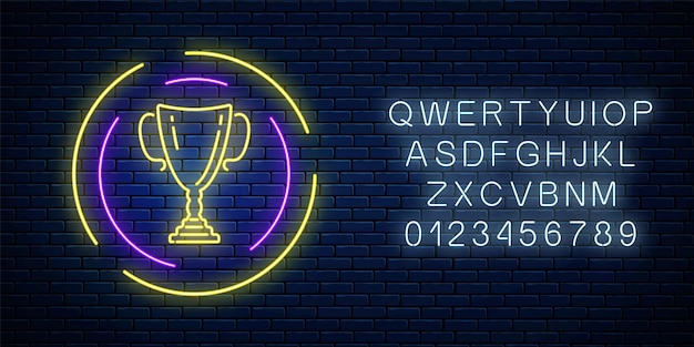 Светящийся неоновый знак с чашкой награды в круглой рамке с алфавитом на фоне темной кирпичной стены. неоновый символ почетного трофея кубка победителя. векторная иллюстрация.