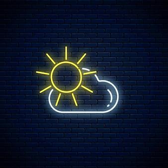 Светящийся неон с иконой погоды солнце и облака на темном фоне кирпичной стены. облачно символ с солнечным в неоновом стиле
