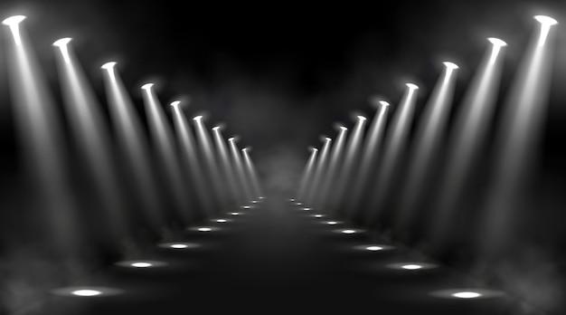 빛나는 무대 조명과 흰색 광선