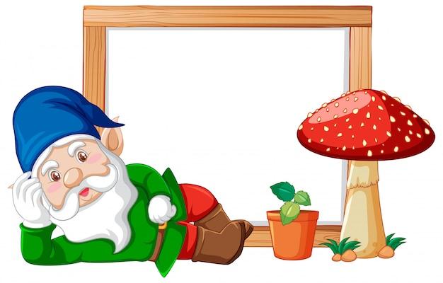 Gnome e fungo con l'insegna in bianco su fondo bianco