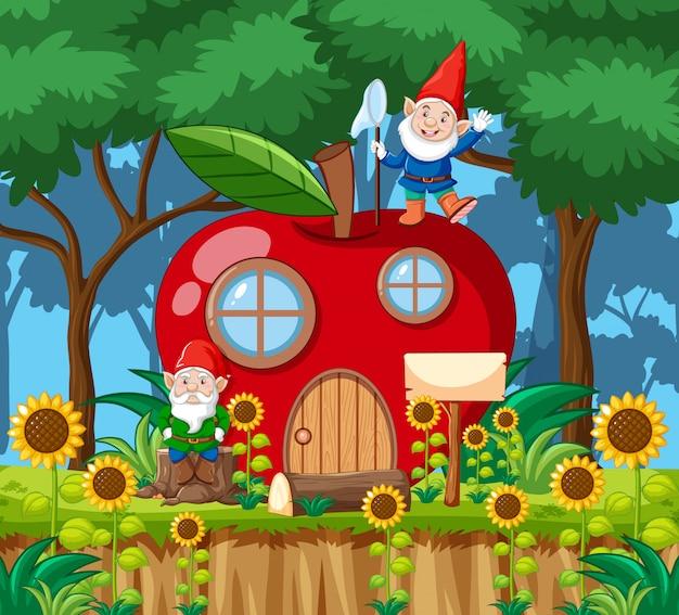 Gnomi e casa di mele rossa in stile cartone animato sullo sfondo della foresta