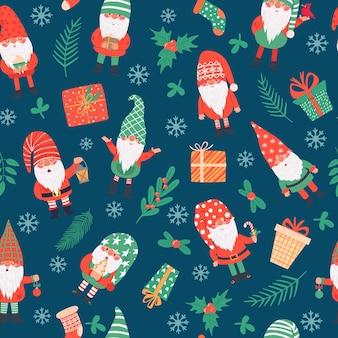 Гномы бесшовные модели. смешные рождественские гномы и подарки, зимний праздничный принт детский текстиль, упаковочная бумага, обои вектор текстуры. подарочные коробки, носки и ветки ягод падуба