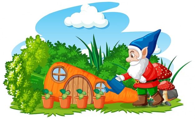 白い背景のニンジンの家の漫画のスタイルで植物に水をまくノーム