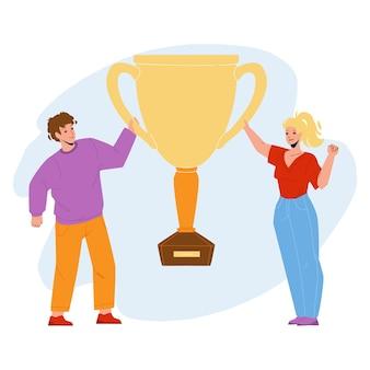 目標の達成は、カップベクトルでカップルを祝います。男と女を祝い、黄金のマグカップを保持する成功目標の達成。キャラクターの人々がチャンピオンシップフラット漫画イラストに勝つ