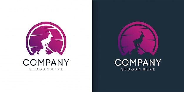 Коза логотип, стоящий в горе с концепцией силуэта