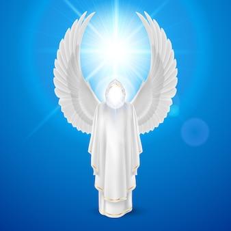 Боги ангел-хранитель в белом платье с крыльями на фоне неба и яркого солнца вспышки. религиозная концепция