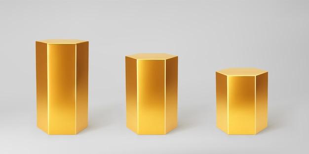 회색 배경에 고립 된 관점으로 설정된 골드 3d 육각 연단. 육각형 모양, 기둥, 빈 박물관 무대 또는 받침대의 제품 연단 모형. 3d 기본 기하학적 모양 벡터 일러스트 레이 션.