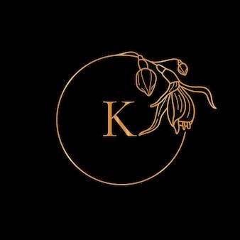 ゴールドフレームテンプレートフクシアフラワーと最小限の線形スタイルの文字kのモノグラムコンセプト。テキストのコピースペースとベクトル花のロゴ。化粧品、結婚式、ファッション、美容のエンブレム