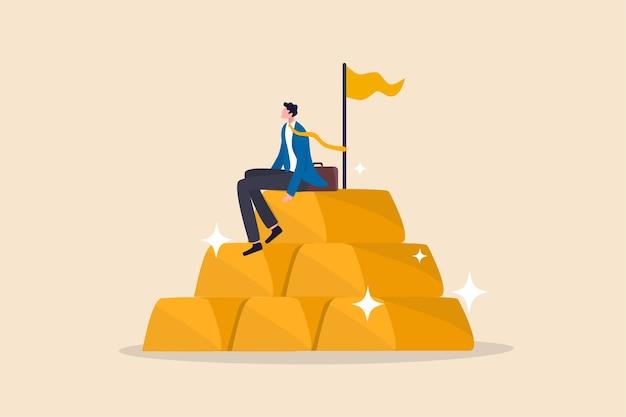 Инвестиции в золото, убежище в финансовом кризисе или концепция управления капиталом и распределения активов, успешный бизнесмен, управляющий богатством, трейдер или богатый инвестор, сидящий на стопке слитков золотых слитков.
