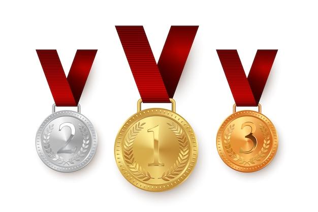 Золотые, серебряные и бронзовые медали, висящие на красных ленточках на белом фоне.