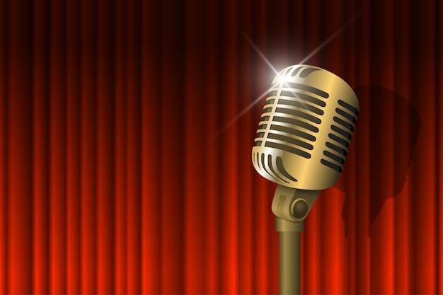 ゴールドのビンテージマイクが照らされ、赤いカーテンの背景のレトロな音楽のコンセプトマイクが空に