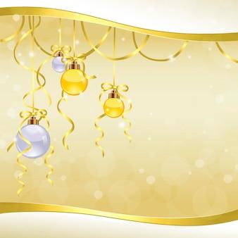 金色の背景にぶら下がっている金色のクリスマスボール