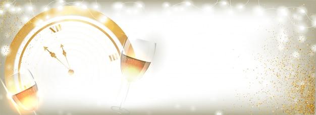 Золотые часы с бокалами и подсветкой гирлянды украшены для празднования нового года. заголовок или баннер.