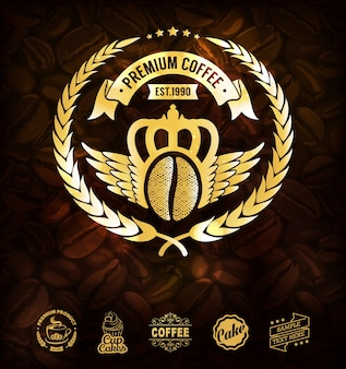 Золотые кофейные этикетки и фон из кофейных зерен