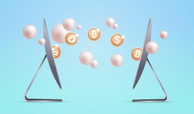 Золотые монеты между компьютерными мониторами, технология блокчейн криптовалюты, концепция цифровой валюты