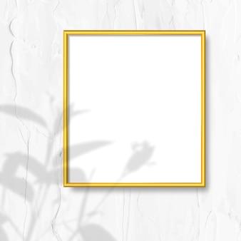 Золотая рамка на стене