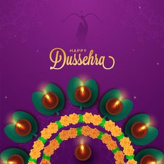 Золотой счастливый шрифт dussehra с видом сверху зажженных масляных ламп (diya) над листьями apta и цветочной гирляндой на фиолетовом фоне.