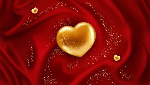 Золотое сердце на красной блестящей ткани с блестками как праздничный фон.