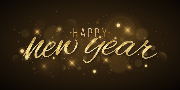 Золотые новогодние надписи украшены абстрактными огнями боке и звездами на темном фоне.