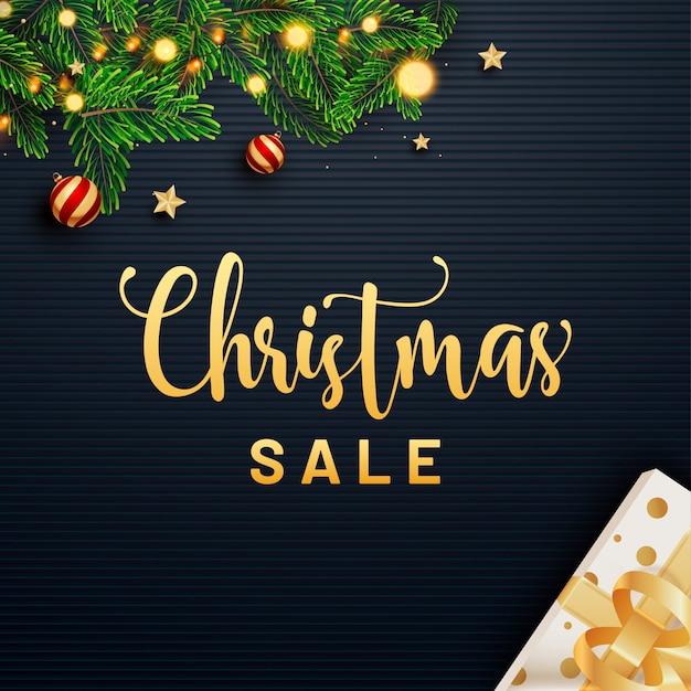 ギフト用の箱、松の葉、つまらないもの、星、照明用花輪とクリスマスセールの黄金のテキストは、広告のための青いストリップに飾られています。
