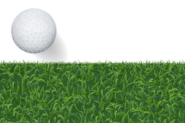 Мяч для гольфа и фон из зеленой травы.