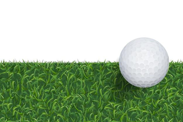 Мяч для гольфа на зеленой траве.