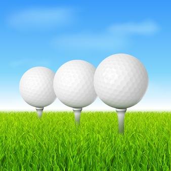 Мячи для гольфа на зеленой траве