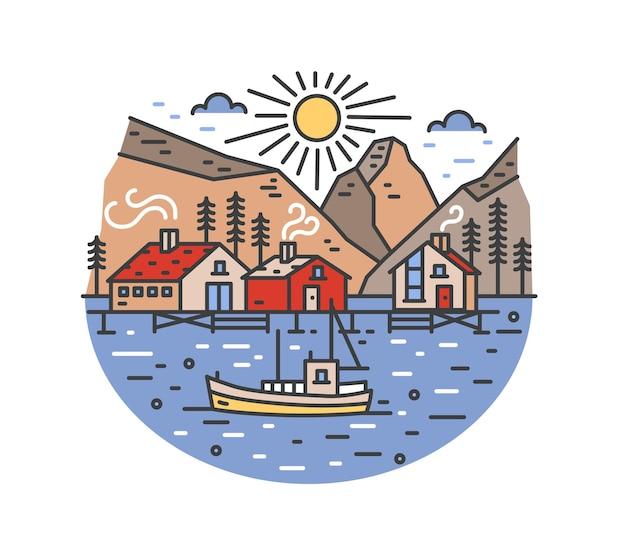 Великолепный пейзаж с лодкой, плывущей по морю и проходящей мимо домов на сваях, елей и гор.