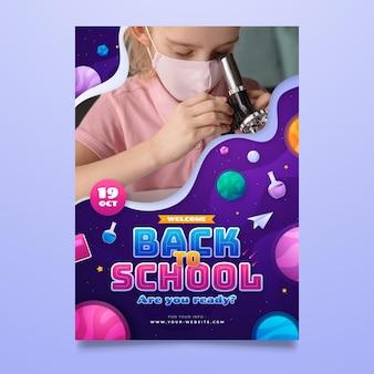 Modello di poster verticale con gradiente di ritorno a scuola con foto