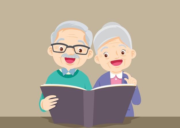 祖父と祖母が一緒に本を読んでいる