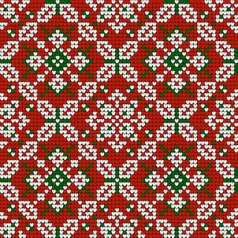 Бабушка с рождественским рисунком вязания в красных, зеленых и белых тонах